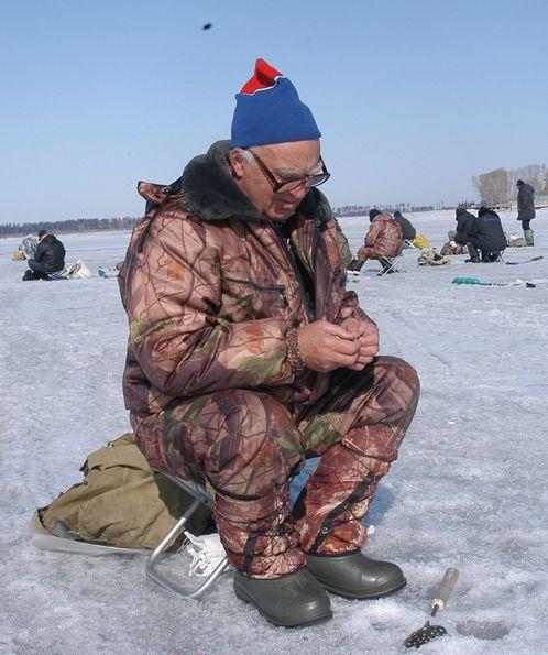 Ежедневно на лед Обского водохранилища выходят сотни рыбаков.