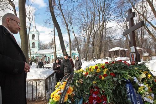 Марину похоронили в сорока шагах от церкви