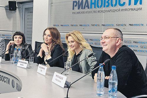 Надежда Грановская, Альбина Джанабаева, Ева Бушмина и Константин Меладзе (слева направо) в случае чего, примут роды у своей подруги прямо на сцене.