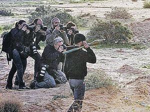 Большинство фото «ожесточенных боев» повстанцев с войсками Каддафи, которыми в эти дни заполнены западные газеты, делаются так. А нам, оценив реальную обстановку, следует сделать собственные выводы...