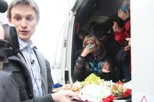 Ведущий кулинарного шоу Игорь Костенко угощает домашним заданием поваров на центральных улицах обычных прохожих