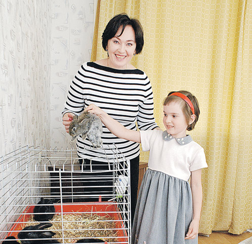 Дочь Ольгу Лариса старается готовить к жизни.