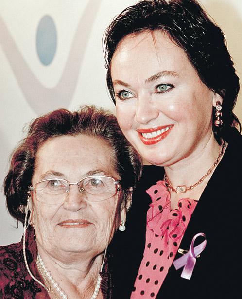 С мамой Альбиной Андреевной актриса счастливо живет вместе.