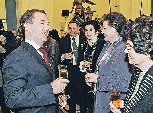 После вручения госнаград в Кремле Дмитрий Медведев выпил шампанского с первой женщиной-космонавтом Валентиной Терешковой и Валентиной Гагариной (крайняя справа) - вдовой Юрия Гагарина.