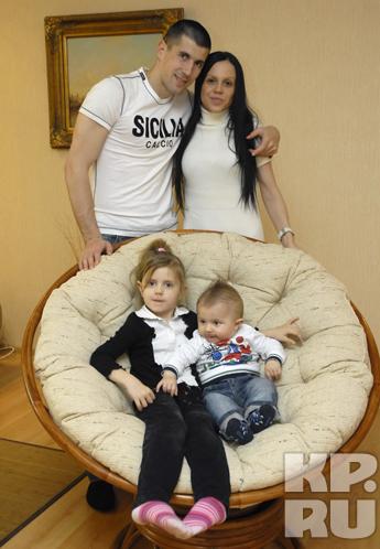 Счастливая семья футболиста амкара