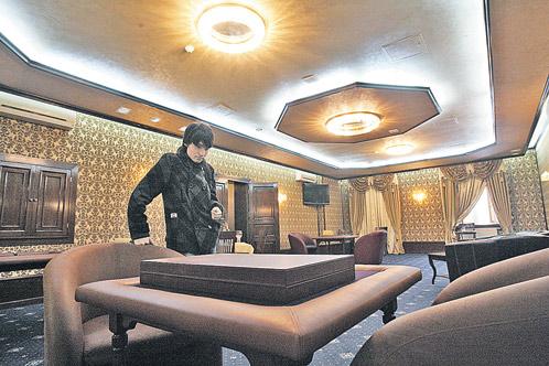 Если верить скандальным публикациям, именно в этом зале московские богачи играли в покер и рулетку. Но нашему корреспонденту дипломаты показали только нарды да шахматы...