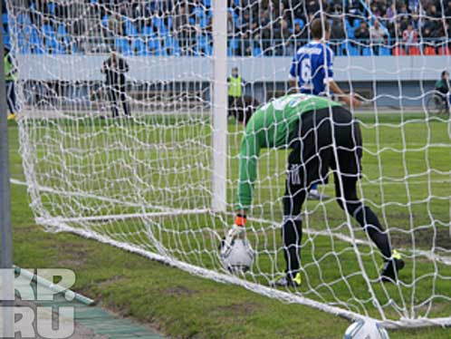 Уже на 13-й минуте Максим Кликин вынужден был вынимать мяч из ворот.