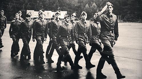 Сам Михаил Прохоров сначала отслужил в армии, потом стал студентом Московского государственного финансового института, а впоследствии миллиардером (фото 1983 г., сержант Прохоров - первый справа).