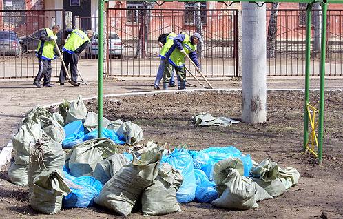 Октябрьский район, двор на Московском шоссе. Генеральная уборка в самом разгаре.