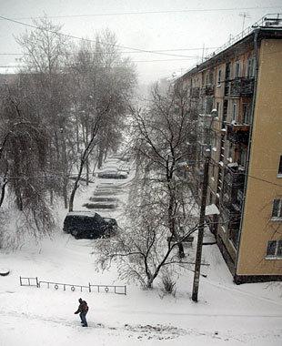 Из-за сильного снегопада в домах отключили электроэнергию.