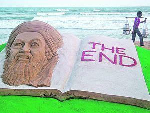 Вот такую гигантскую скульптуру из песка с надписью «Конец» изготовили в индийском городе Пури в ответ на известие о гибели злодея номер один.