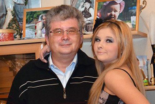 Отец Виктории Роберт Теслюк является руководителем совместного предприятия ЛУКОЙЛа, которое разрабатывает месторождение нефти в северо-западной части полуострова Бузачи на побережье Каспийского моря.