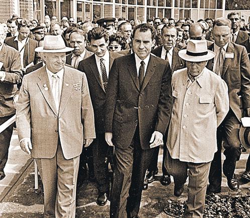 1959 год: Хрущев и Никсон осматривают американскую выставку в Сокольниках. Различие в костюмах и моде видно на глазок: у американцев все скроено в талию, у наших свободный костюм прямого кроя и даже почти френч (справа). И, конечно, старомодная шляпа един