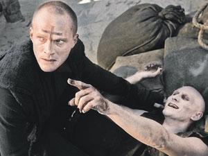 Герой Пола Беттани в «Пастыре» (слева) - профессиональный истребитель вампиров.