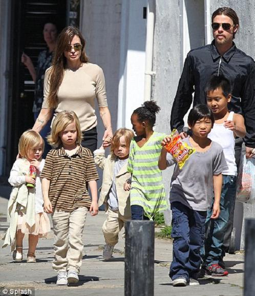 Семейная прогулка Анджелины Джоли и Бреда Питта.