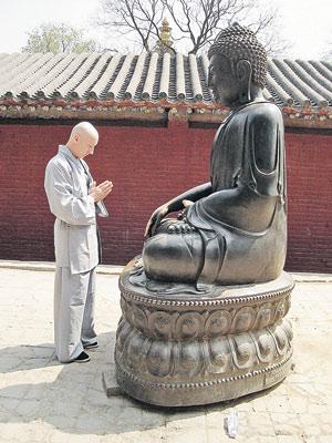 Мешков (слева) просит Будду (справа) оставить его в монастыре.