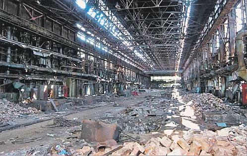 В 2010 году завод выпустил всего 2,5 тысячи машин. Цеха завода пусты и безлюдны.