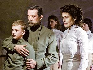 Николай Второй обнимает царевича Алексея, рядом - императрица Александра Федоровна. Царя сыграл Владимир Машков, его супругу - Фанни Ардан.