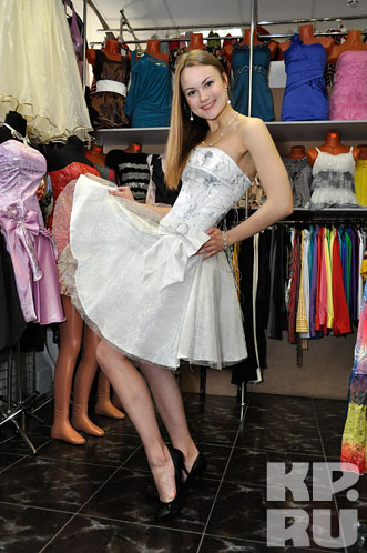 Мы выбрали пышное коктейльное белое платье, отделанное кружевной сеткой...