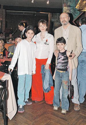 Михаил Михайлович со своей четвертой женой Анной Ямпольской и детьми Мишей и Зоей.