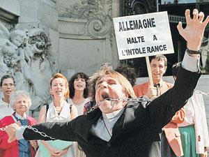 Сентябрь 1997 года. Париж. Французские сайентологи возле немецкого посольства протестуют против запрета учения Хаббарда в Германии.