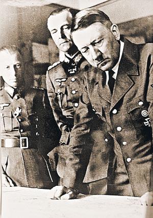 Гитлер и Паулюс у карты военных действий (фото из  немецкого архива).