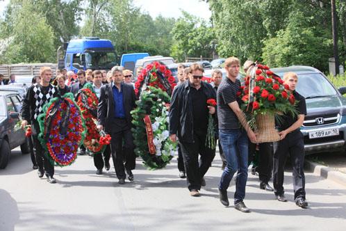 Около трех сотен петрозаводчан пришли проводить Владимира Петтая в последний путь.