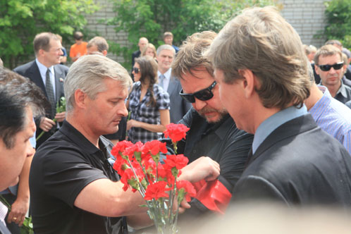 Поклонники двух непримиримых соперников «Спартака» и ЦСКА стояли вместе. Даже после смерти при арбитре Петтае не может быть никаких разногласий, так же как это было во время футбольных матчей.