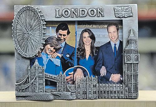 От сравнения с Дианой супруге ее сына никуда не деться. Такие сувениры заполонили Лондон перед свадьбой Уильяма и Кейт Миддлтон.