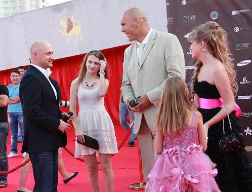 Гоша Куценко с дочкой Полиной, Николай Валуев и генеральный директор фестиваля Ирен Ванидовская с дочкой.