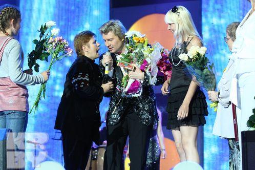 Поклонницы одаривали Николая Баскова букетами цветов