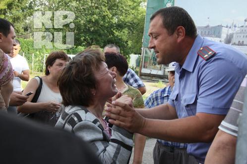 С паникующими людьми общаются сотрудники МВД и МЧС