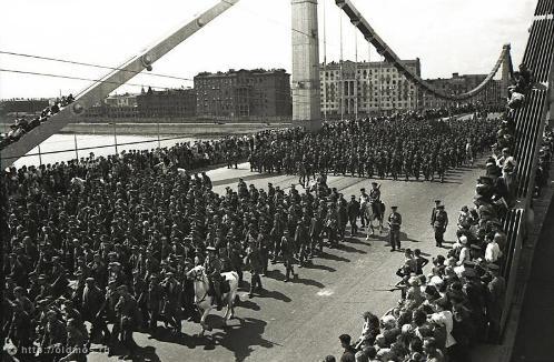 Колонна идет через Крымский мост к Курскому вокзалу