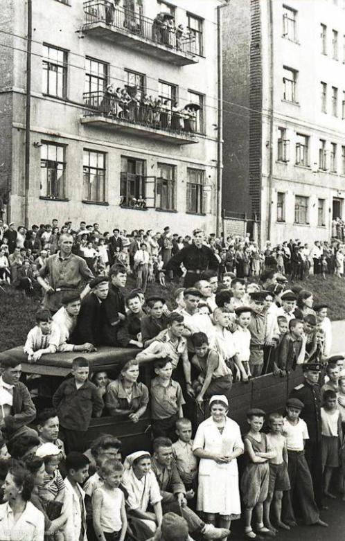 Москвичи смотрят на пленных немцев