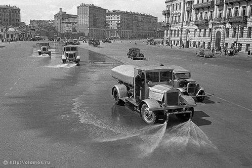 После прогона пленных немцев по тем же улицам поехали поливальные машины