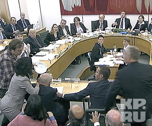 На медиамагната Мердока напали прямо в парламенте
