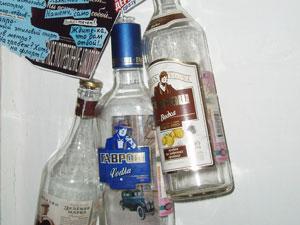 """В коллекции бутылок - три водки с названием """"Гаврош"""", и каждая - с ошибкой."""