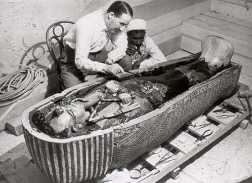 Лорд Карварнон, организатор раскопок гробницы Тутанхамона, осматривает его мумию. И пока не догадывается, что нашел своего весьма близкого родственника