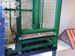 10 см - размер щели, в которую был вставлен выдвижной столик для макаки, теперь щель сделали на 7 см