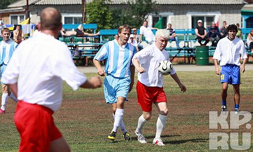 Евгений Ловчев (на фото в центре) уже много лет приезжает в Верх-Обское
