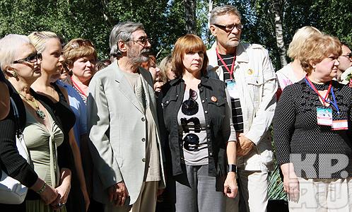 Гости фестиваля по традиции пришли на кладбище