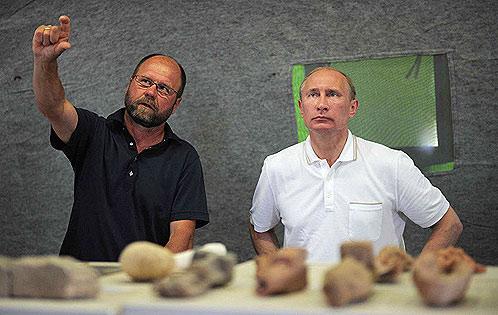 Руководитель экспедиции доктор исторических наук Владимир Кузнецов рассказал Премьеру о местных находках