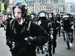 Перед проездом автозака с Юлией Тимошенко главную улицу Киева Крещатик спешно зачищают спецназом.
