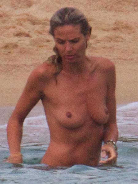 А вот секретом, как ей удается сохранить такую безупречную форму груди, модель не делится. Фото: egotastic.com