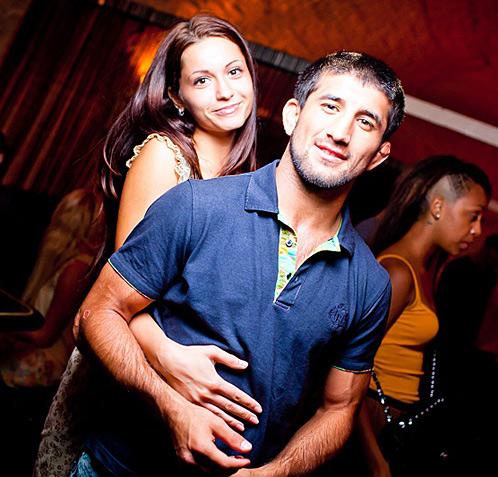 """Это фото сделано в клубе """"Гараж"""" как раз в ту ночь, когда Мирзаев (в кадре он с девушкой, из-за которой и произошел конфликт) ударил Ивана Агафонова."""