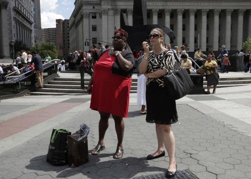Служащие нью-йоркских офисов, эвакуированные из зданий