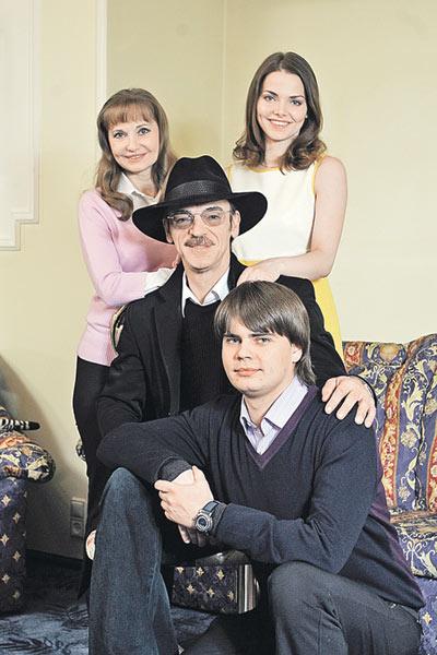 Михаил Боярский уверен, что жить надо для семьи. С сыном Сергеем, дочерью Лизой и супругой Ларисой