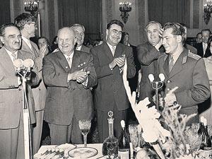 На банкете в Кремле (слева направо): Анастас Микоян, Михаил Суслов,  Никита Хрущев, Леонид Брежнев. Крайний справа - второй космонавт планеты Герман Титов
