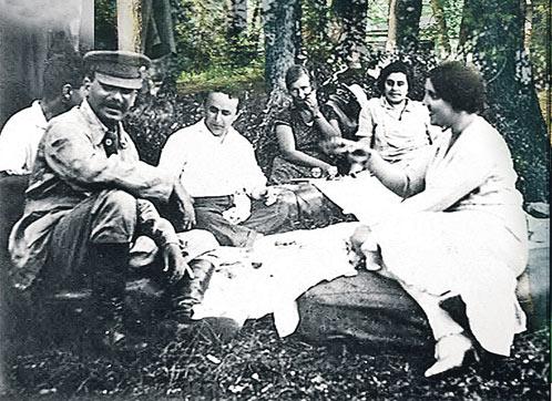 Иосиф Сталин и Надежда Аллилуева (на фото - крайняя справа) на пикнике вместе с соратниками. 1920-е годы. Снимок сделан недалеко от того места, где в 1933-м была построена Ближняя дача
