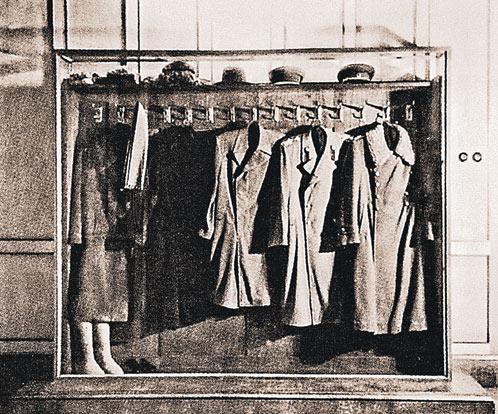 Сталинский гардероб. На снимке слева внизу - валенки вождя. (Фото 1950-х годов)